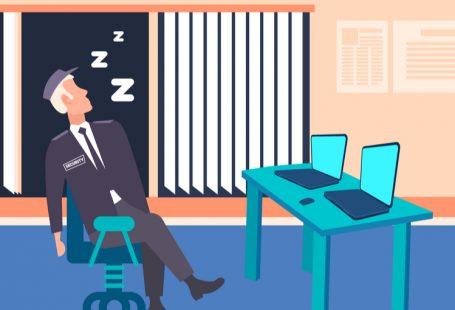 Dormire sul posto di lavoro: si rischia il licenziamento?