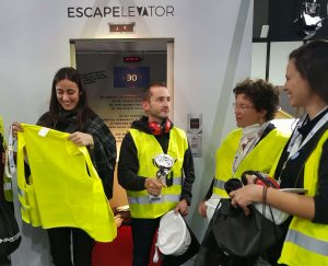Colleghi si cimentano nell'escape elevator